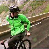 متهور يقود دراجة هوائية بالعكس