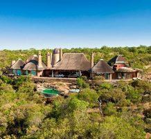 منزل فاخر وسط الحياة البرية الإفريقية