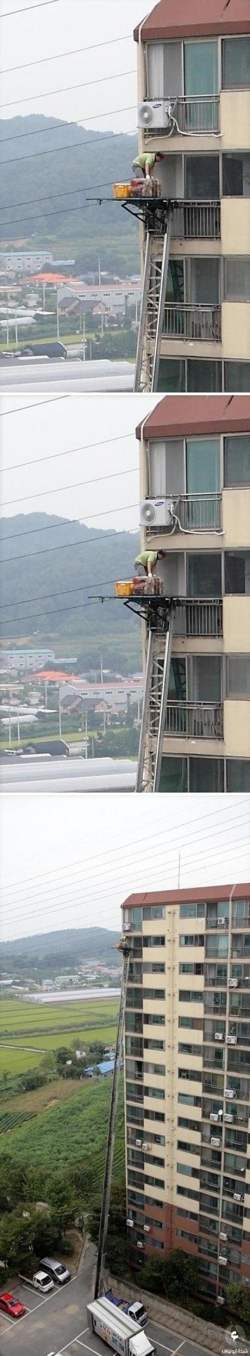 عامل يقوم بتركيب مكيف على ارتفاع 15 طابق