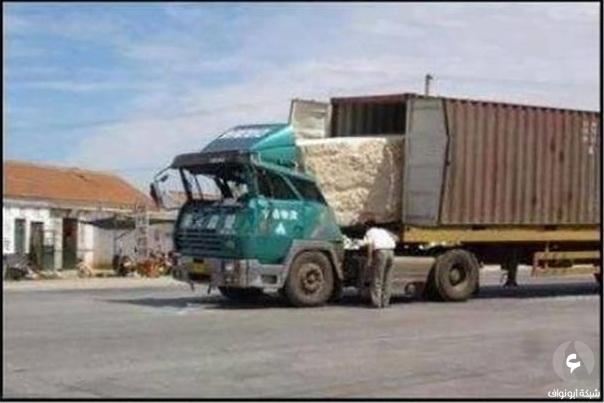 حمولة الشاحنة تحطمها بسبب فرملة مفاجأ