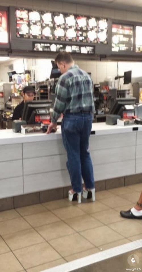 رجال يلبسون أحذية نساء