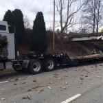شاحنة تصطدم بجسر لتحركه من مكانه
