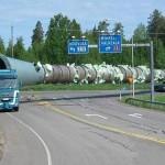 شاحنة تنقل أنبوب ضخم