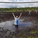 شباب يلعبون كرة القدم بالوحل