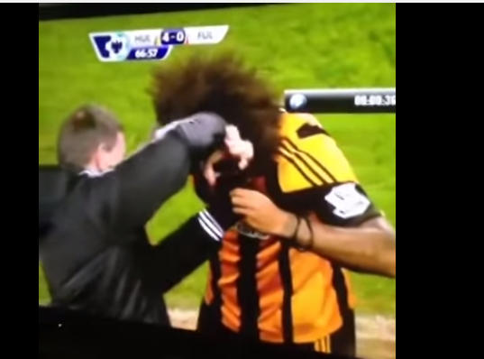 لاعب يقص شعره احتفالا لتسجيله هدف