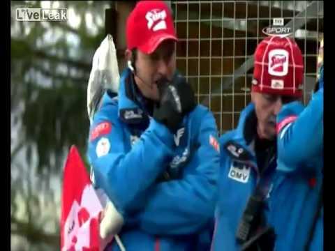 متزلج يفقد السيطرة أثناء قفزة مرتفعة جدا