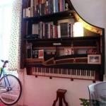 مكتبة على شكل البيانو