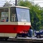 يركب القطار بطريقته الخاصة