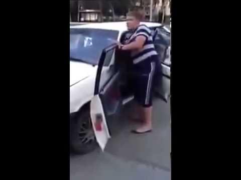 شاب يقوم بتحطيم سيارته