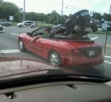 شاب ينقل جرار في سيارة عادية كشف