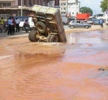 شاحنة تسقط بحفرة مملوئة بالمياه