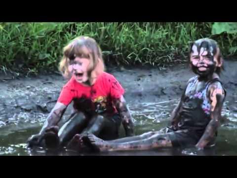 طفلتان تسبحان في الوحل