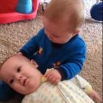 طفل صغير يداعب أخاه