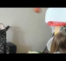 طفل في عمر 15 شهر محترف في كرة السلة