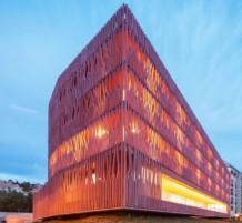 مبنى رائع بتصميم هندسي يشبه شقائق النعمان