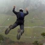 مغامرون يقفزون من مرتفعات شاهقة