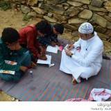 معلم سعودي يستغل إجازته في تعليم أطفال القرى النائية