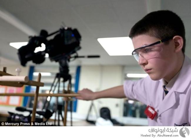طالب يختبر مفاعل نووي في المدرسة