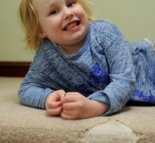 طفلة تدمن على أكل النسيج