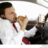 الأكل والجوال أثناء القيادة