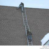 عمال يخاطرون بحياتهم