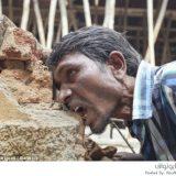 هندي يأكل الطين والصخور