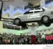 رجل يحمل سيارة
