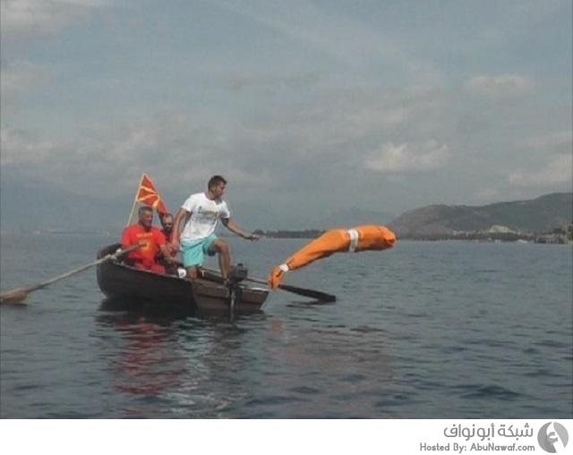 رجل يقطع مسافة طويلة في الماء وهو مقيد