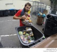 رجل يعيش على طعام القمامة