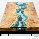 منحوتات فنية لأنهار زجاجية وسط الطاولات الخشبية