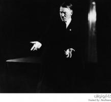 هتلر أثناء ممارسة لغة الجسد