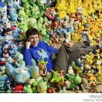 فتاة تجمع أغراض وملصقات البوكيمون