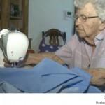 امرأة عجوز تخيط كل يوم فستان لطفل محتاج