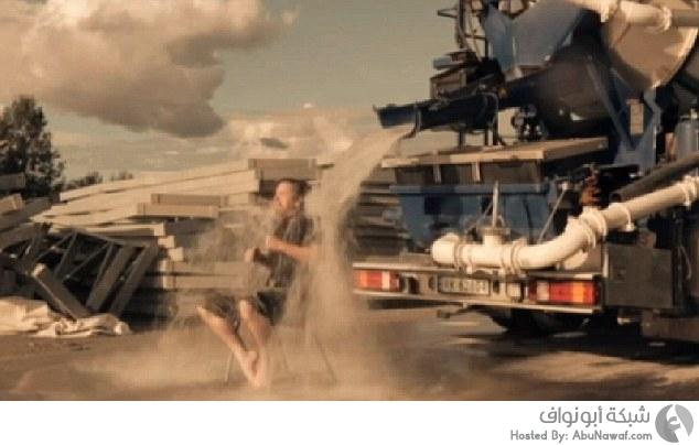 تحدى الماء والثلج باستخدام شاحنة أسمنت