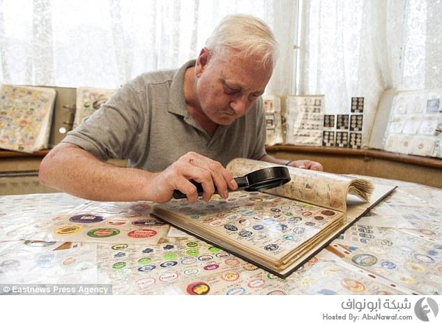 رجل يقضي حياته في جمع ملصقات الفواكه