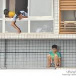 طفل يهرب من فروضه المدرسية