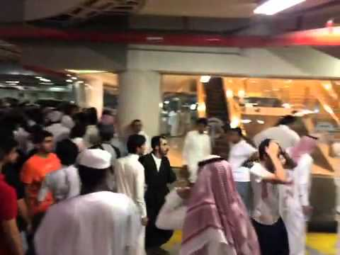 مئات المواطنين يتزاحمون لشراء آيفون 6 في السعودية.. (فيديو)