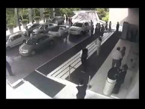 موظف يوقف سيارات الفندق بالمواقف.. جاب العيد