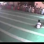 صبي يسطو على مسجد
