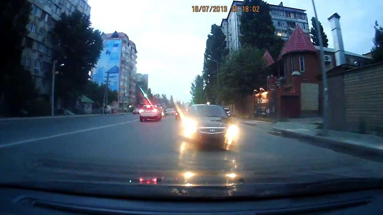 رجل يسوق سيارته علي الطريق الرئيسي بالعكس