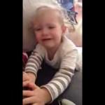 طفلة تبكي لانه أمها تقص اظافير اخوها
