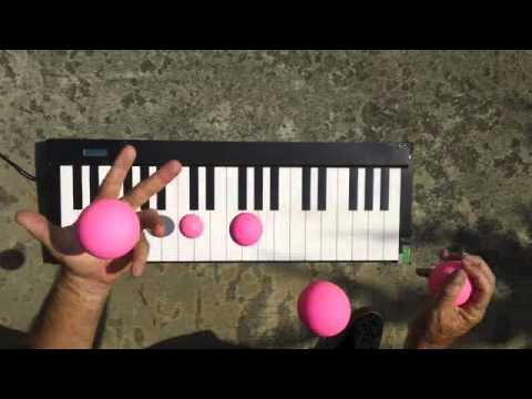 العزف على البيانو بالكرات القافزة.