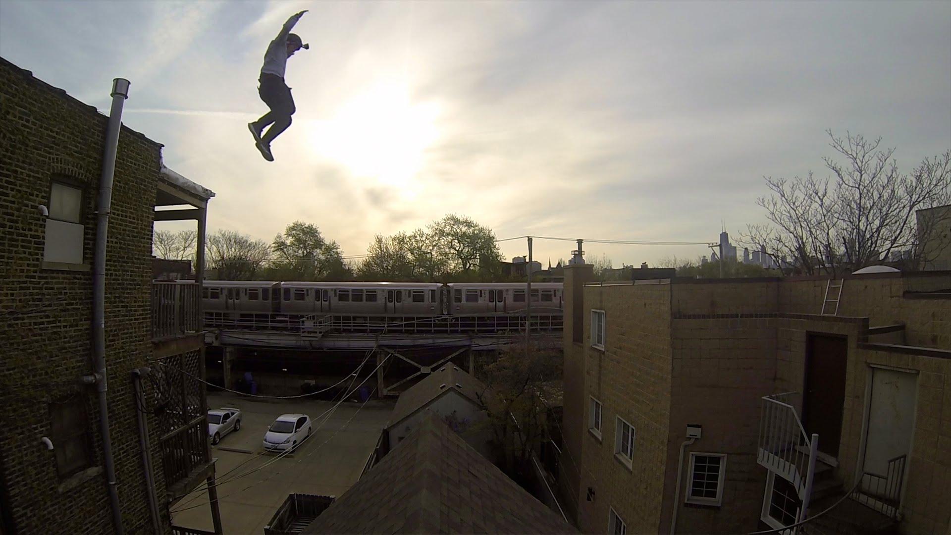 مغامر يقوم بقفزة خطيرة تحبس الأنفاس (فيديو)