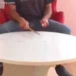 طاولة عجيبة تتحول إلى آلة موسيقية