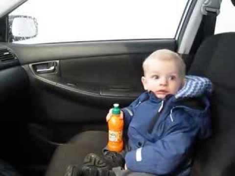ردة فعل طفل داخل سيارة أثناء غسلها 1