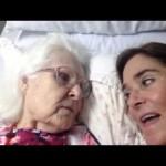 حديث بين امرأة مصابة بالزهايمر وابنتها
