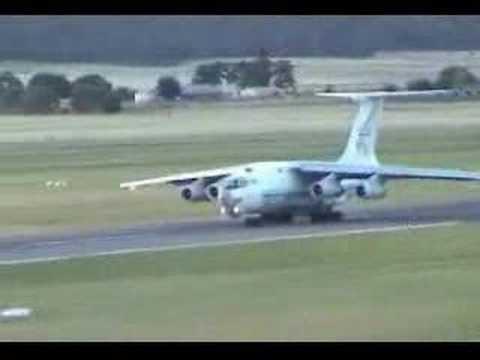 طائرة روسية تتعثر على المدرج
