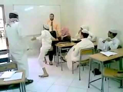 الاستهتار بالمعلم ومحاولة حشره  بالفصل (فيديو)