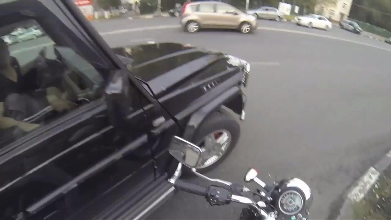 فتاة تلقن من يرمون النفايات من نوافذ سياراتهم درساً قاسياً.. (فيديو)