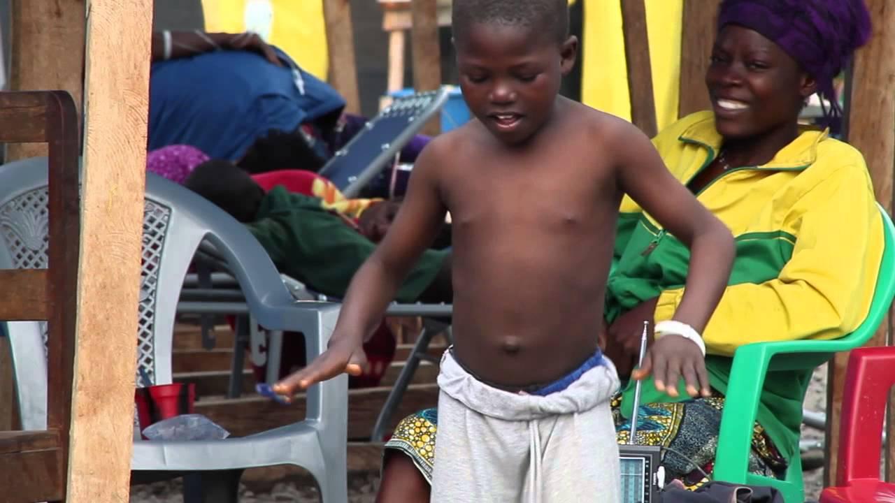 الطفل الذي تحدى الإيبولا بالرقص..! (فيديو)
